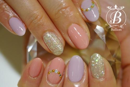 ラベンダーとピンクの春らしい配色のネイルです☆ 一本づつストーンをつけてオフィススタイルに❤